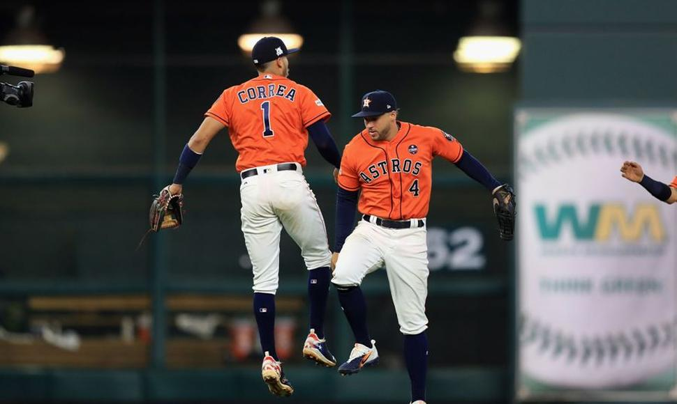 Carlos Correa #1 y George Springer #4 de los Astros de Houston