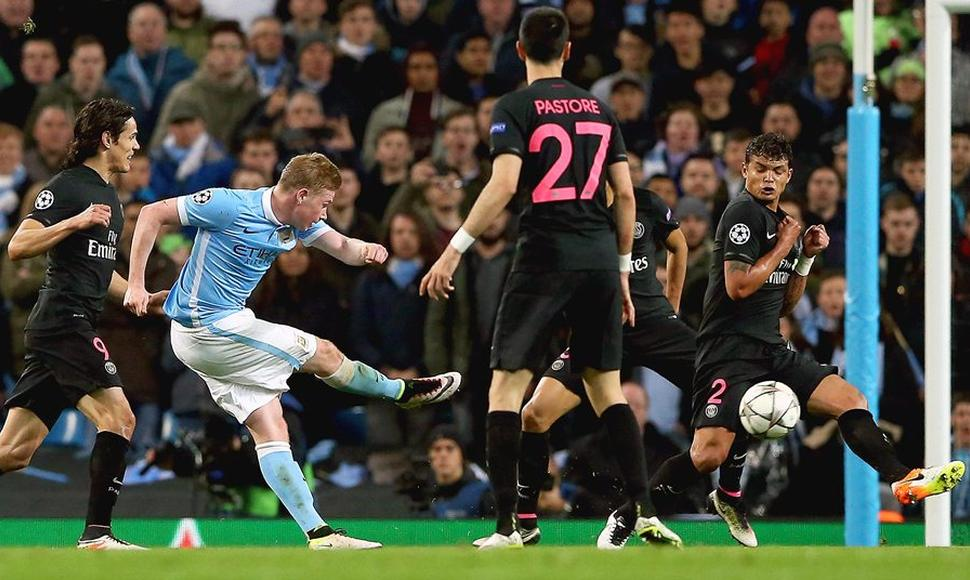 Kevin De Bruyne (i) de Manchester City anota ante el Paris Saint-Germain.