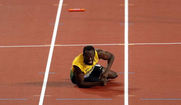 Bolt intenta levantarse, pero el dolor es incesante.