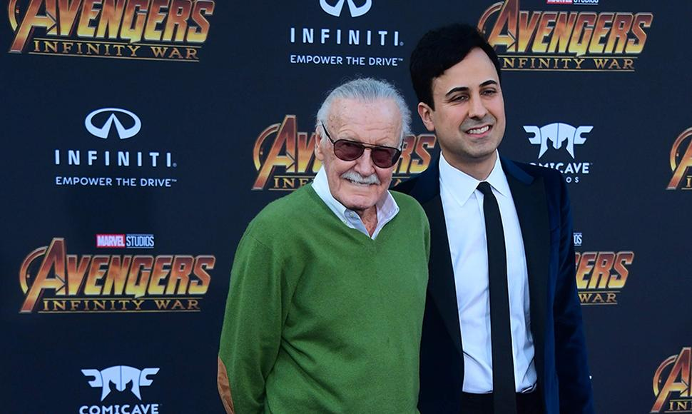 "Stan Lee (de verde) es creador de ""spiderman"" y ""hulk""."