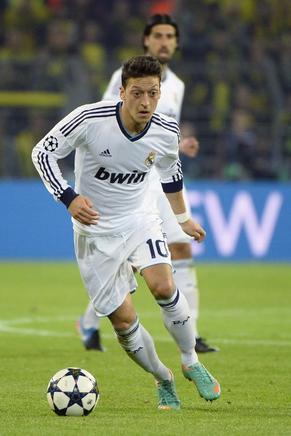 Mesut Ozil no pudo ser incidente ante el Borussia. AFP / END