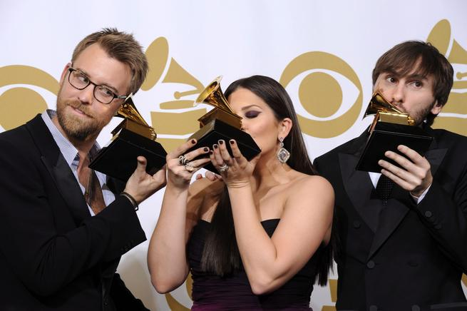 Los músicos estadounidenses Charles Kelley (derecha), Hillary Scott (centro) y Dave Haywood (izquierda), de la banda Lady Antebellum, posan con su galardón al mejor album de música Country por Own the Night, durante la gala de la 54 edición de los premios Grammy de la música, que tuvo lugar en el pabellón Staples Center de Los ngeles, California (EU). EFE / END.