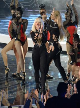 Iggy Azalea y Rita Ora realizan en el escenario en los MTV Video Music Awards (VMA). AFP / END
