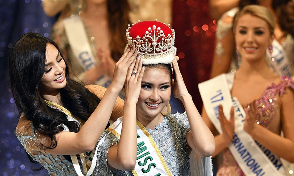 Miss Indonesia, Kevin Lilliana (c), es coronada tras su victoria en el concurso Miss International.