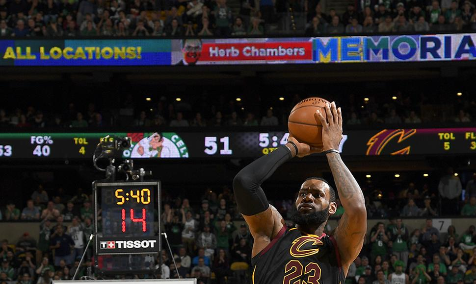 LeBron James marcó 35 puntos frente a Boston.