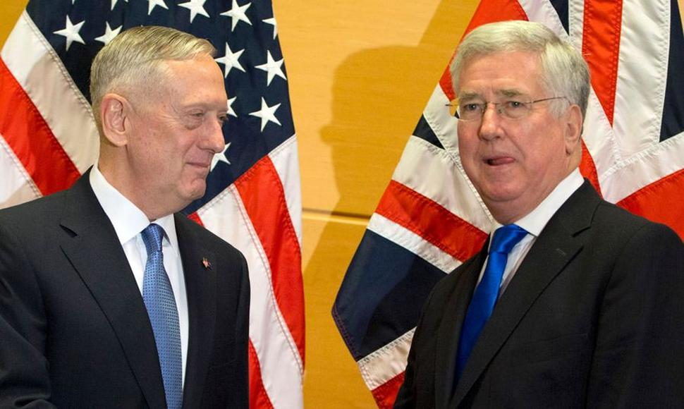 El secretario de Defensa estadounidense Jim Mattis y el secretario de Estado británico de Defensa Michael Fallon.