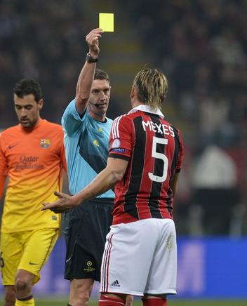 Philippe Mexes es amonestado. AFP / END