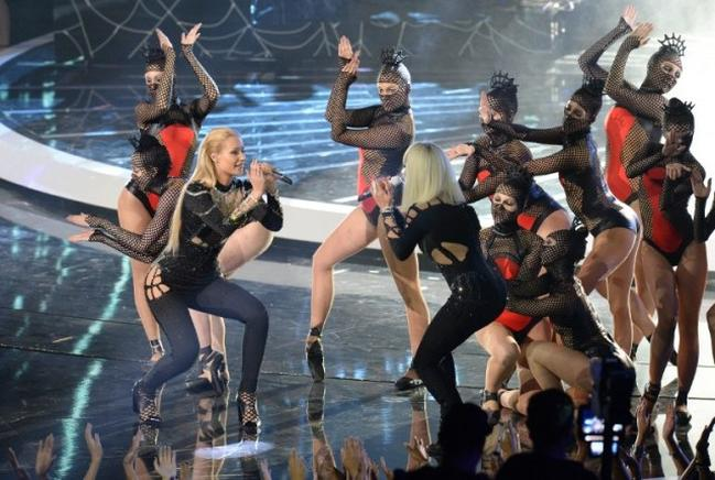 Iggy Azalea y Rita Ora se presentan en el escenario de los MTV Video Music Awards (VMA). AFP / END