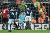 El Manchester United resiste a distancia la marcha imparable del City