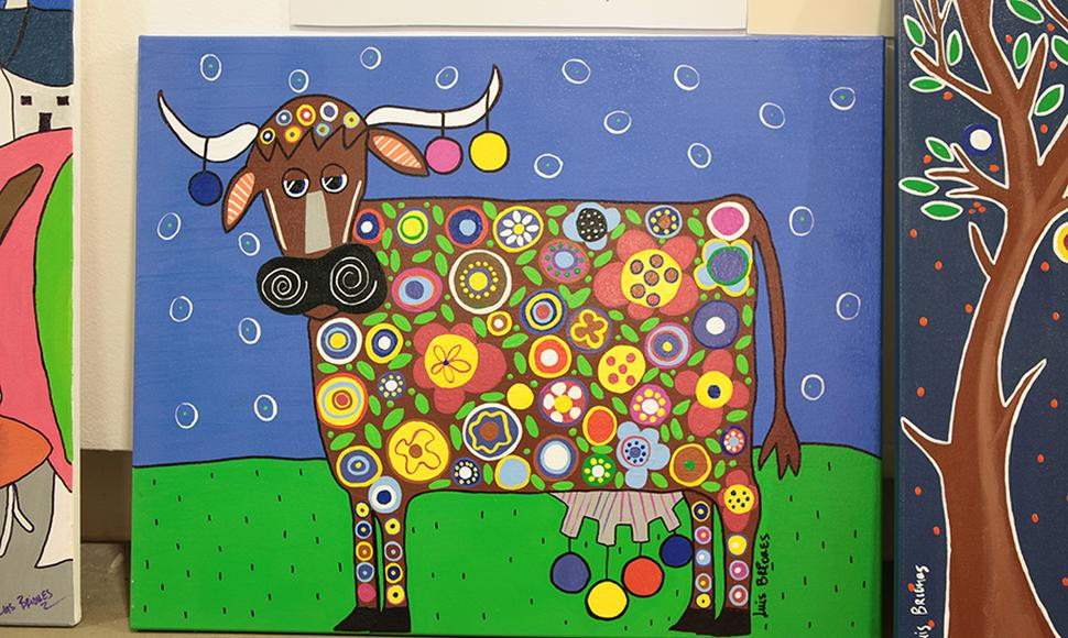 "Obra ""The Blooming Cow"" del artista Luis Briones."
