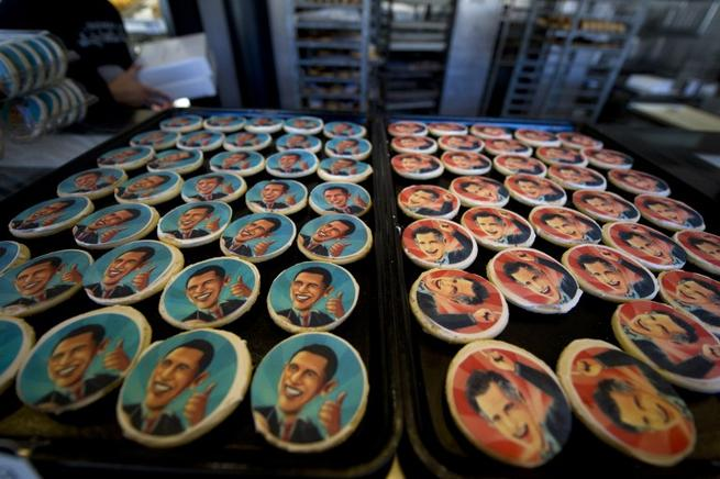 Broches con las caras de Romney y Obama como souvenirs en una tienda.  FOTOS: END/ AFP Y GETTY