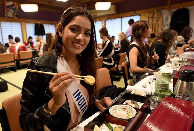 Miss India durante un acto oficial de Miss International en Japón.