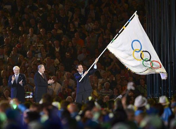 El alcalde de Río de Janeiro Eduardo Paes ondea la bandera olímpica cerca del presidente del comité olímpico Jacques Rogge (c) y el alcalde de Londres Boris Johnson en la ceremonia de clausura de los Juegos Olímpicos de Londres 2012. END / EFE / CHRISTOPHE KARABA