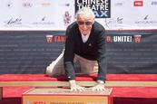 Stan Lee, leyenda de Marvel, plasma sus huellas en Hollywood