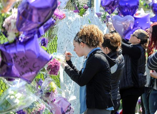 Fans se reúnen en Minneapolis para homenajear al príncipe del pop, Prince.
