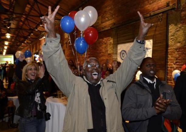 Un partidario de Obama celebra en Chicago. END/ EFE/ SHAWN THEW