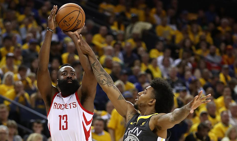 James Harden anotó 30 puntos en el triunfo contra los Warriors.