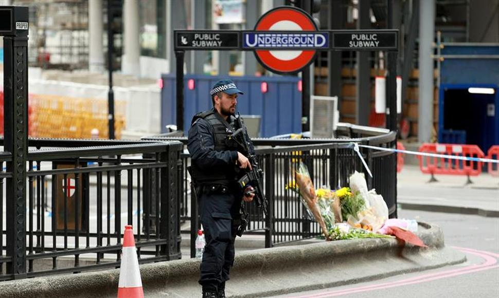 Un policía resguarda la zona del London Bridge.