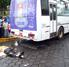 Bus destroza a septuagenario