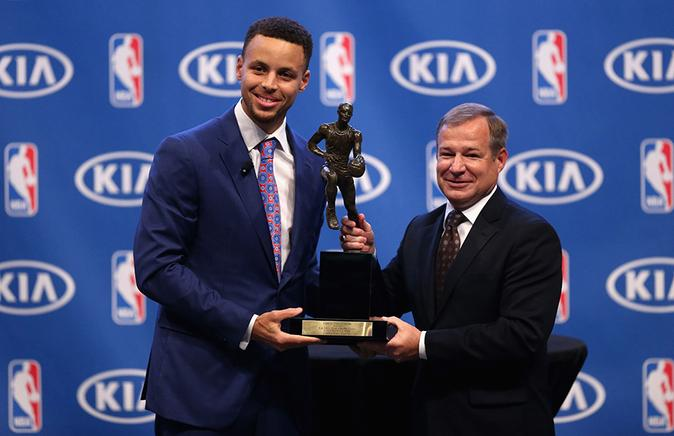 Stephen Curry recibe el premio que lo acredita el MVP de la NBA durante la temporada regular (2015-2016).