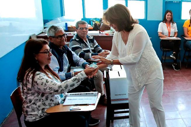 La expresidenta de Costa Rica, Laura Chinchilla, ejerce el voto.