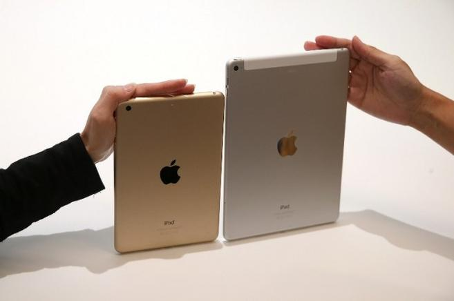El nuevo iPad Air 2 (d) y el iPad Mini 3 se muestran durante un evento especial de Apple. AFP / END