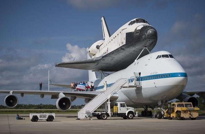 El Shuttle Carrier Aircraft (SCA), carga al transbordador Endeavour. END/EFE/BILL INGALLS