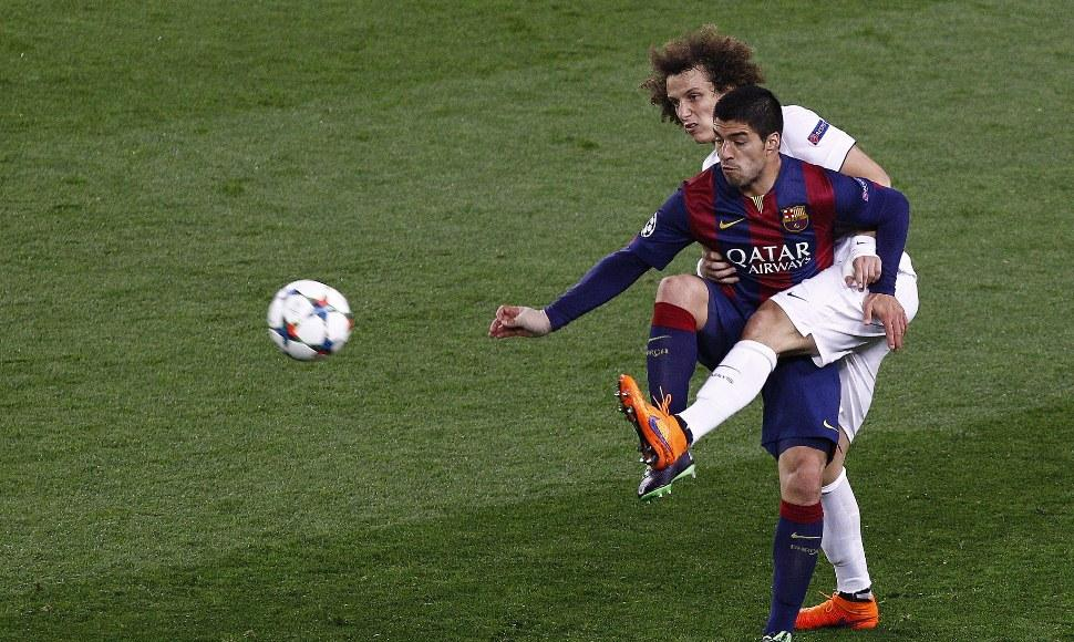 David Luiz, defensa del París Saint Germain, en un choque contra Luis Suárez.