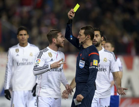 Sergio Ramos es amonestado. AFP / END