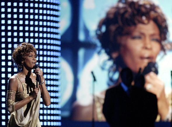 Fotografía de archivo fechada el 15 de septiembre de 2004 en la que aparece la cantante estadounidense Whitney Houston mientras se presenta en concierto durante los World Music Awards 2004 en Las Vegas, Nevada. EFE / END