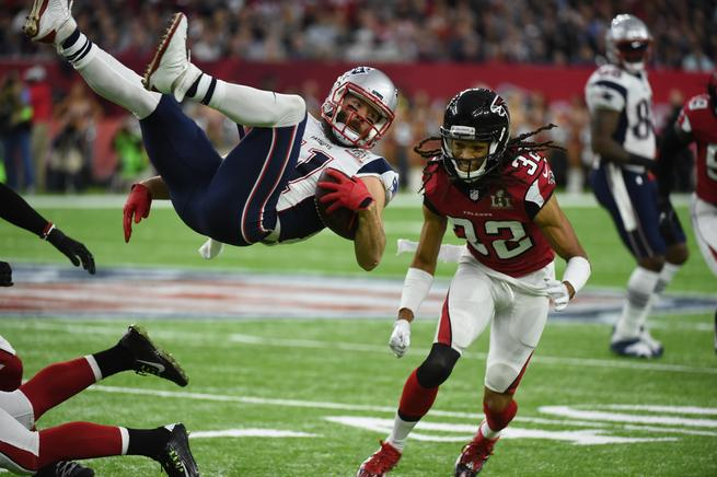 El Patriot Julian Edelman (L) es abordado por Falcon Jalen Collins durante el Super Bowl LI entre los New England Patriots y los Atlanta Falcons en el NGR Stadium de Houston.
