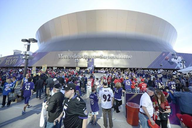 Fanáticos llegan al estadio Mercedes-Benz Superdome. EFE / END