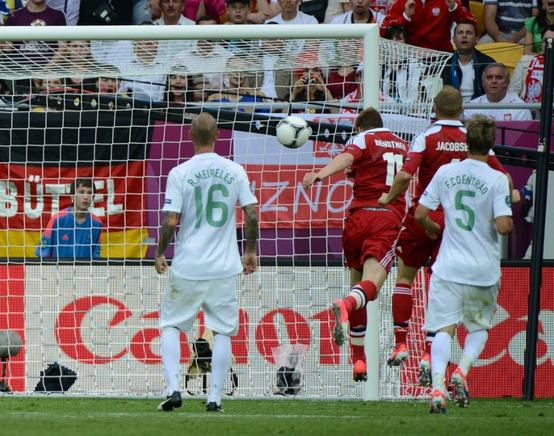 Bendtner anota un gol ante Portugal. AFP / END