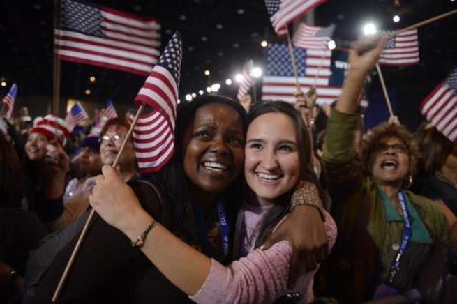 Dos partidarias de Obama celebran en Chicago. END/ EFE/ SHAWN THEW