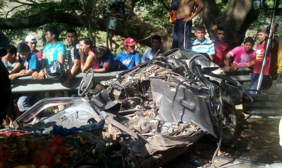El accidente dejó destruida una camioneta.