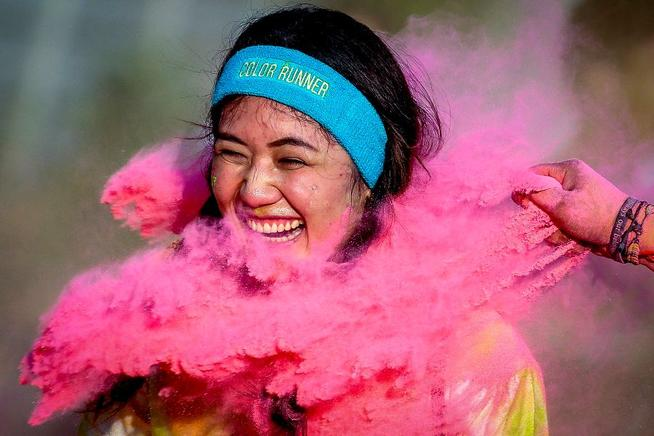 Corredores participan en The Color Run, una carrera divertida de 5 Km, En Bangkok, Tailandia