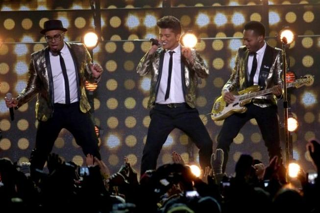 Bruno Mars cautivó este domingo a la millonaria audiencia del Super Bowl durante el descanso de la gran cita anual del fútbol americano. Mars también actuó con el vocalista de la banda The Red Hot Chili Peppers, Anthony Kiedis. AFP / END
