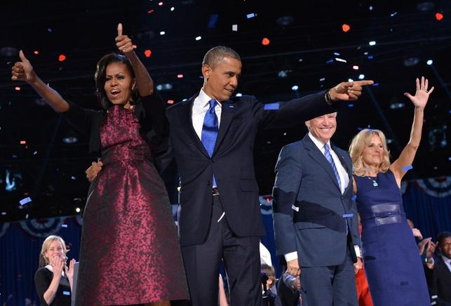 El presidente estadounidense Barack Obama saluda en compañía de la primera dama, Michelle Obama; el vicepresidente, Joe Biden; y la Segunda Dama, Jill Biden, después de su discurso en un auditorio de Chicago, Illinois. END/AFP/Jewel Samad