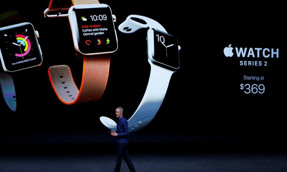 El director de operaciones d Apple, Jeff Williams, interviene durante la presentación del Apple Watch.