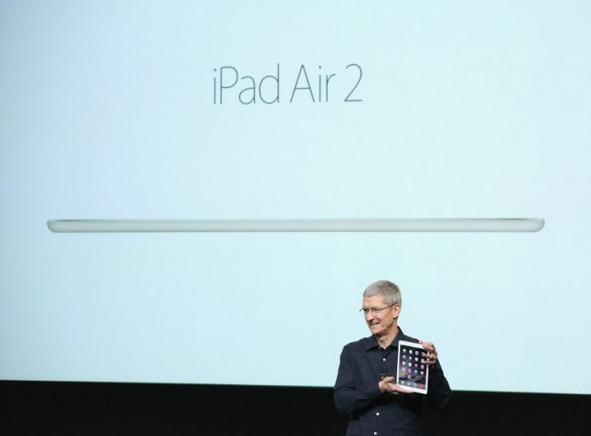 El CEO de Aple, Tim Cook, presenta el iPad Air 2. AFP / END