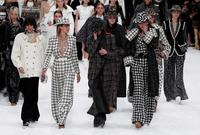 Chanel rinde homenaje a Lagerfeld